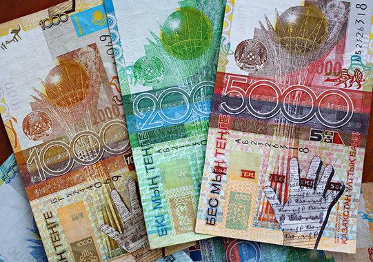 Жители Казахстана скупают рубли из-за обвала курса