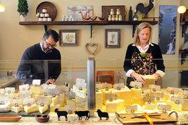 Муж и жена досконально изучают предысторию каждого товара в своем магазине