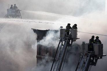 27 марта 2015 г. Пожарные тушат огонь в районе Ист-Виллидж на Манхэттене