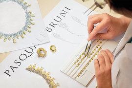 На создание коллекции украшений для России креативного директора Pasquale Bruni Еужению Бруни вдохновил вид золотых куполов Московского Кремля на фоне облаков