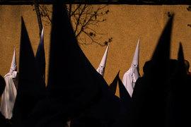Участники религиозного шествия, так называемые кающиеся грешники, во время Страстной недели в Испании