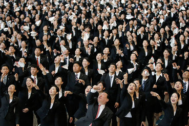 1 апреля 2015 г. Новые сотрудники Japan Airlines запускают бумажные самолетики во время торжественного собрания, посвященного началу работы в компании