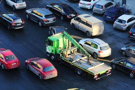 Смягчение правил эвакуации неправильно припаркованных автомобилей, предлагаемое депутатом Госдумы Вячеславом Лысаковым, не нравится мэрам городов-миллионников