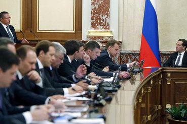 Премьер Дмитрий Медведев после двух лет споров согласился с большинством