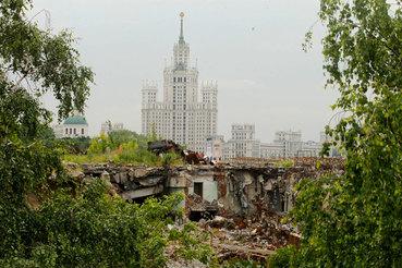 В парке «Зарядье» на месте снесенной гостиницы «Россия» в центре Москвы начались строительные работы