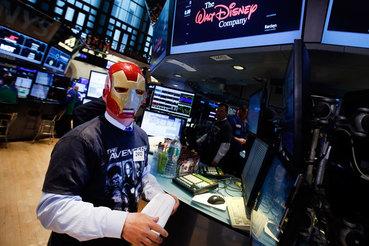 Трейдер в маске Железного человека в зале Нью-Йоркской фондовой биржи