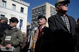 Греция еле-еле наскребает деньги на пенсии