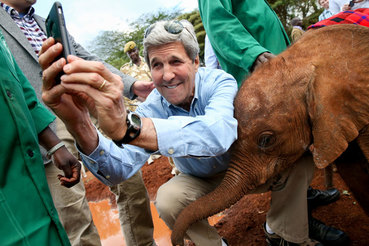 Госсекретарь США Джон Керри в приюте для слонов в Национальном парке Найроби, Кения