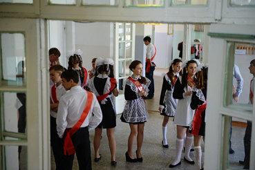 Выпускники на последнем школьном звонке, поселок Калиново, Свердловская область