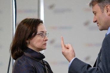 Подсчеты Сбербанка (президент Герман Греф справа) не переубедили Центробанк (слева председатель Эльвира Набиуллина)