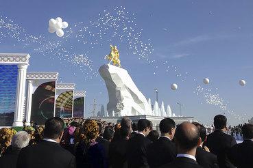 Первая статуя президента Туркменистана Гурбангулы Бердымухамедова открыта в Ашхабаде