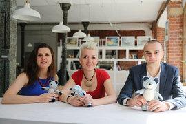 Основатели ExploRussia Анна Михейкина, Ольга Ситник и Руслан Бец с символом компании – мишкой