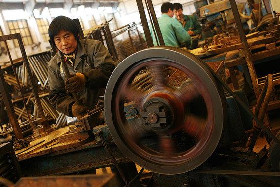 Китайские заводы продолжают выпускать продукцию в больших объемах, несмотря на снижение спроса