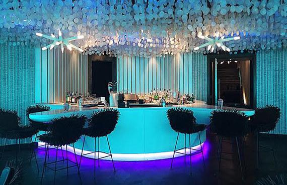 В центре зала расположен бар, форма которого навеяна моллюсками