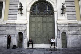 Греция на неделю закрыла все банки