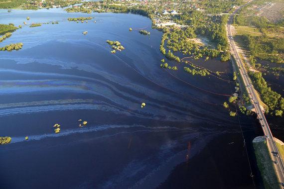 В районе Нефтеюганска в результате прорыва нефтепровода «дочки» «Роснефти» произошел крупный разлив нефтесодержащей жидкости. Нефтесодержащая жидкость попала в паводковые воды, сообщал на прошлой неделе «Интерфакс» со ссылкой на представителя «Юганскнефтегаза»