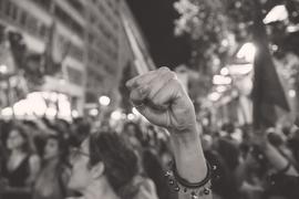 Правительство Греции в одно и то же время призывает сказать «нет» европейским угнетателям и настаивает на том, что о выходе из еврозоны речи не идет, а переговоры с кредиторами на новых условиях возможны