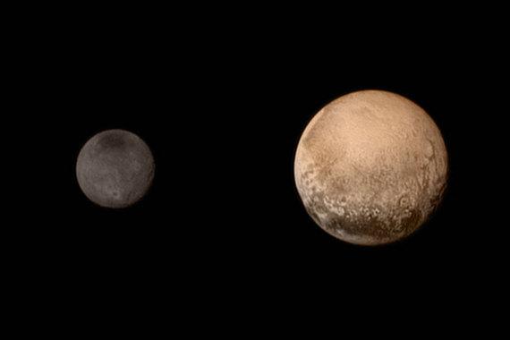 14 июля 2015 года. NASA опубликовала цветную высококачественную фотографию Плутона и его спутника Харона. Черно-белый вариант передал на Землю зонд New Horizons