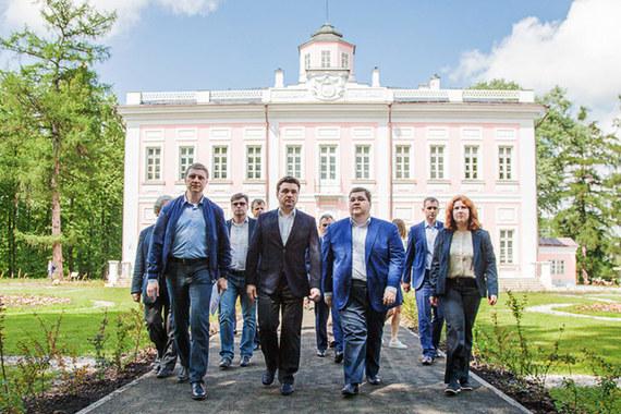 Игорь Чайка (второй справа на нижнем фото) ушел от губернатора Подмосковья Андрея Воробьева (второй слева на нижнем фото) ради бизнеса