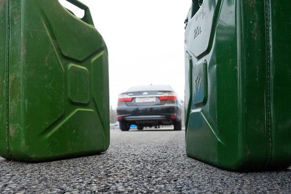 Бензин в рознице дешевеет благодаря накопленным запасам