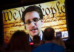 Сноуден выступил на фоне текста американской Конституции
