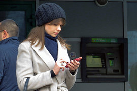 Все больше россиян предпочитают совершать банковские операции через смартфон