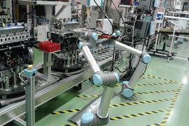 Роботы датской компании Universal Robots на заводе Renault во французском Клеоне способны выполнять тонкую работу, например закручивать винты в двигателях