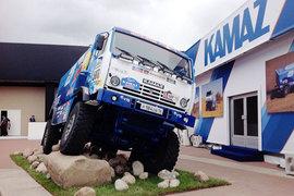 «Камаз» — партнер по деловой программе форума — выставил у своего павильона грузовик, участвовавший в ралли «Дакар-2015». «Это победитель не этого года, а 2014-го», — пояснили «Ведомостям» в пресс-службе «Ростеха»