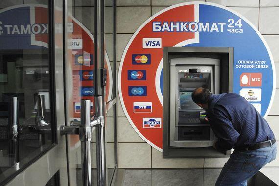 Банкиры просят клиентов внимательно осмотреть банкомат, прежде чем ввести ПИН-код