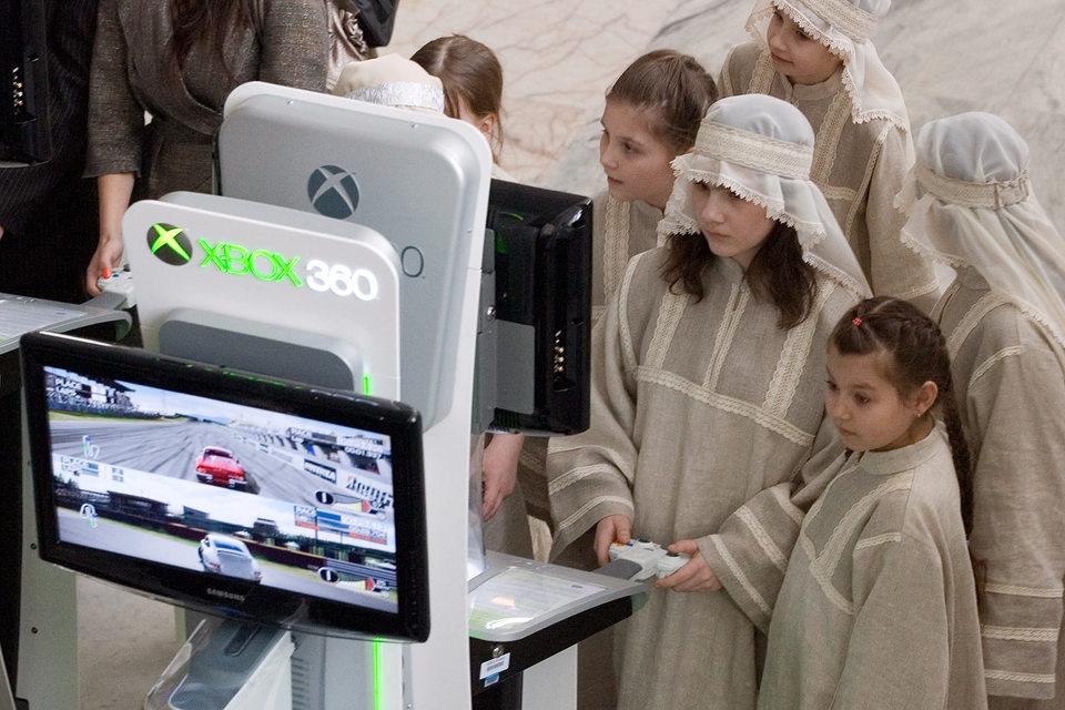 До конца 2015 г. GS Group настроена продать несколько тысяч устройств собственной разработки, которые можно использовать и как игровую консоль, и как приставку для приема телесигнала Национальной спутниковой компании