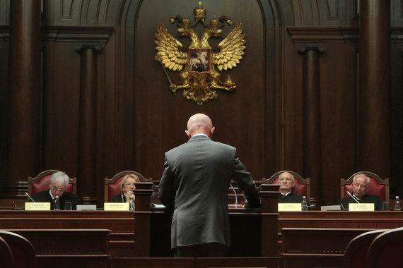 Конституционный судья Сергей Маврин (второй справа) заверил, что речь идет о конфликте толкований, а не о конфликте Конституции и Европейской конвенции о защите прав человека и основных свобод