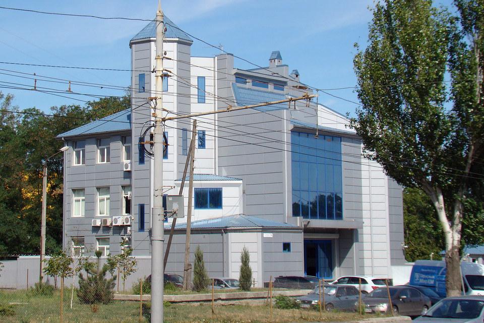 Приметное офисное здание в центре Ростова-на-Дону не случайно чем-то напоминает элеватор – это штаб-квартира ТД «Риф», владельца портового элеватора в Азове (на фото вверху) и крупнейшего экспортера российского зерна