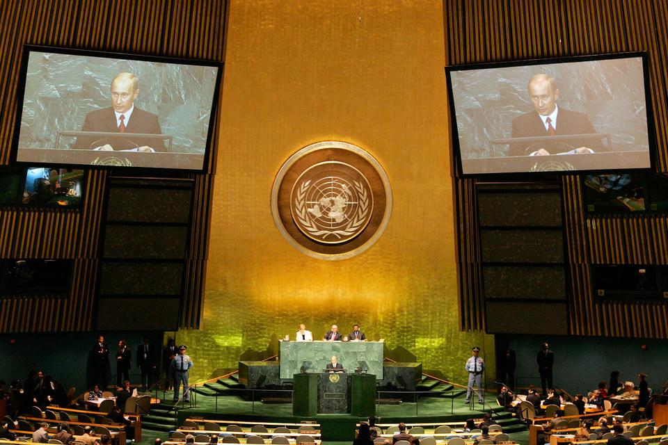 Владимир Путин ранее выступал на сессиях Генеральной ассамблеи ООН трижды - в 2000, 2003 и 2005 (на фото) гг.