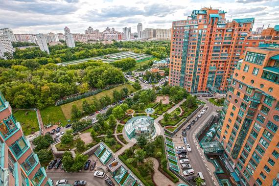 Если территория позволяет, девелоперы не ограничивают благоустройство двора парковкой и охраной. Например, в ЖК «Золотые ключи – 2» (на фото) устроен «контактный зоопарк»