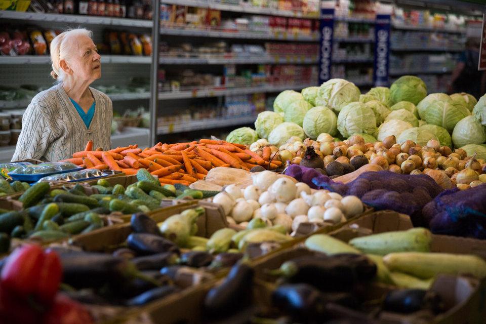 По продовольственным карточкам Минпромторг предлагает разрешить покупку только свежих скоропортящихся продуктов – свежих овощей и фруктов, мясной продукции, птицы, яиц, молока и так далее