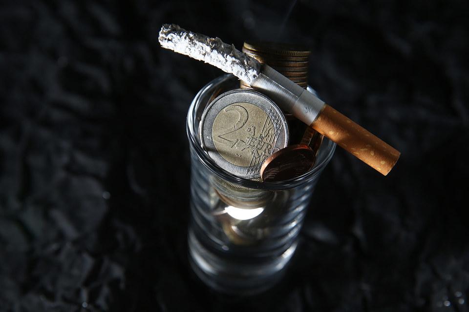 Пересмотр акцизов на алкоголь и табак вкупе с девальвацией могут поддержать российский бюджет в трудное время