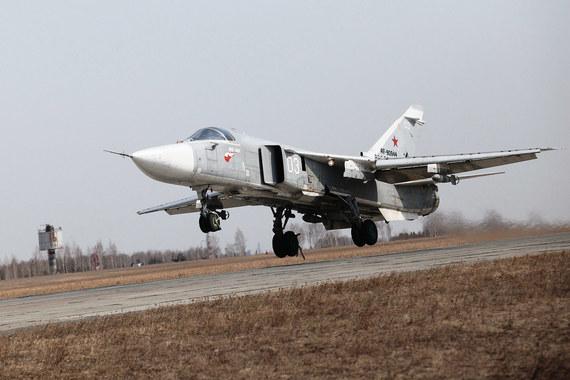 В Латакии развернуто не менее 28 российских ударных самолетов. Среди них Су-24 - основной бомбардировщик Воздушно-космических сил России, который является носителем высокоточного оружия и может наносить удары на большую глубину