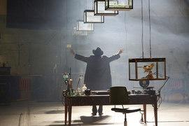 Ученый в исполнении Александра Пантелеева дирижирует лабораторией, как оркестром