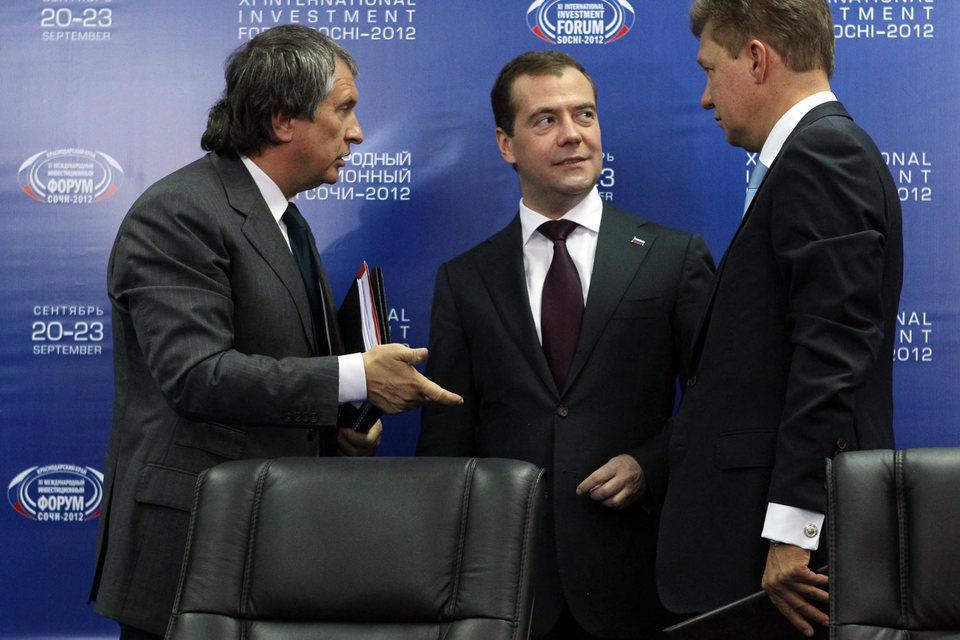 Российский бизнес, с точки зрения председателя правительства (Дмитрий Медведев – в центре), – это в первую очередь «Газпром» (Алексей Миллер – справа) и «Роснефть» (Игорь Сечин – слева)