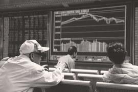 В Китае рекордная доля рыночных инвесторов, которые торгуют на бирже хотя бы раз в месяц, – 81%. Это снижает устойчивость фондового рынка