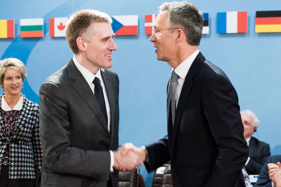 Генсек НАТО Йенс Столтенберг (справа) поздравляет министра иностранных дел и евроинтеграции Черногории Игоря Лукшича