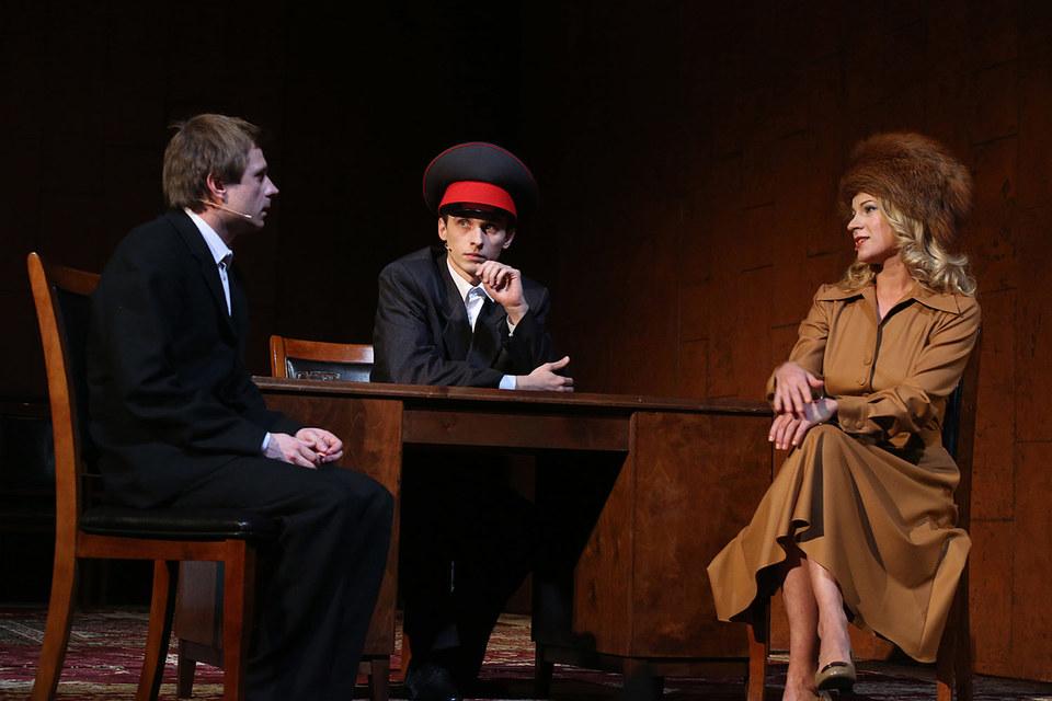 Артанян и Констанция Бонасье знакомятся в милиции