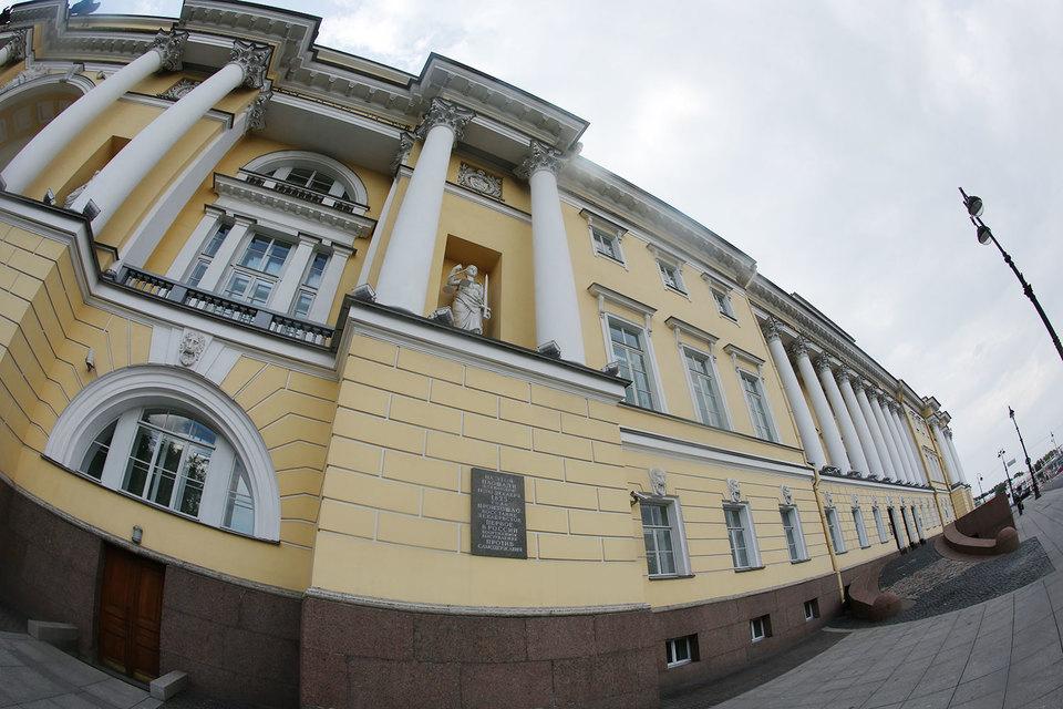 Отдавать местное самоуправление на откуп губернаторам недопустимо и опасно, считает судья Конституционного суда Николай Бондарь
