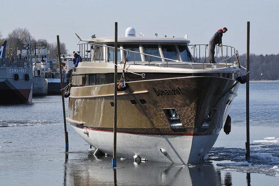 Вместе с яхтой одним лотом продается вся ее обстановка и тапочки