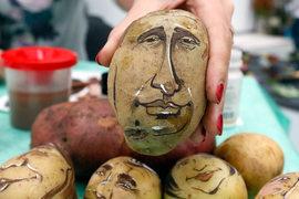 В пересчете на товары из всех продуктов доходы россиян выросли только в картошке