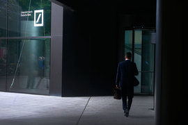 Deutsche Bank применил новый трюк в борьбе за молодые таланты – пожертвовать бонусами топов, чтобы увеличить выплаты подчиненным