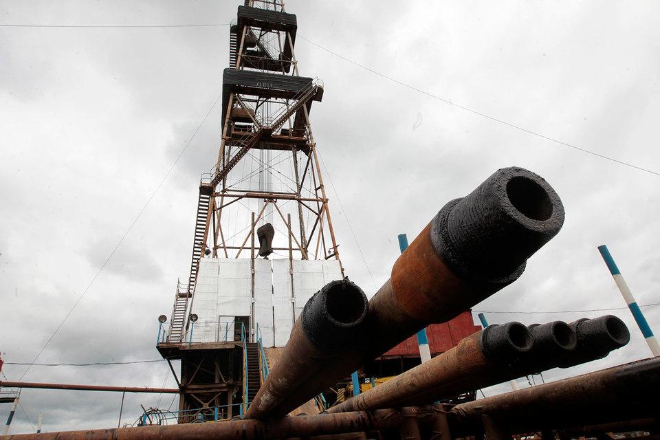 Некоторым нефтяным компаниям в США и Канаде приходится останавливать буровые на убыточных скважинах, но многие продолжают качать нефть