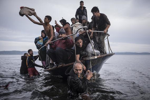 Российские фотографы Сергей Пономарев и Владимир Песня удостоились наград за серию фотографий. Снимки Пономарева о миграционном кризисе в Европе завоевали награду в категории «Главные новости»