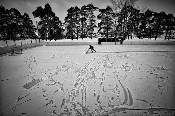 Специальный фотокорреспондент МИА «Россия сегодня» Владимир Песня занял первое место в номинации «Спорт» с серией работ о хоккеистах-любителях «Хоккей в Ветлуге»