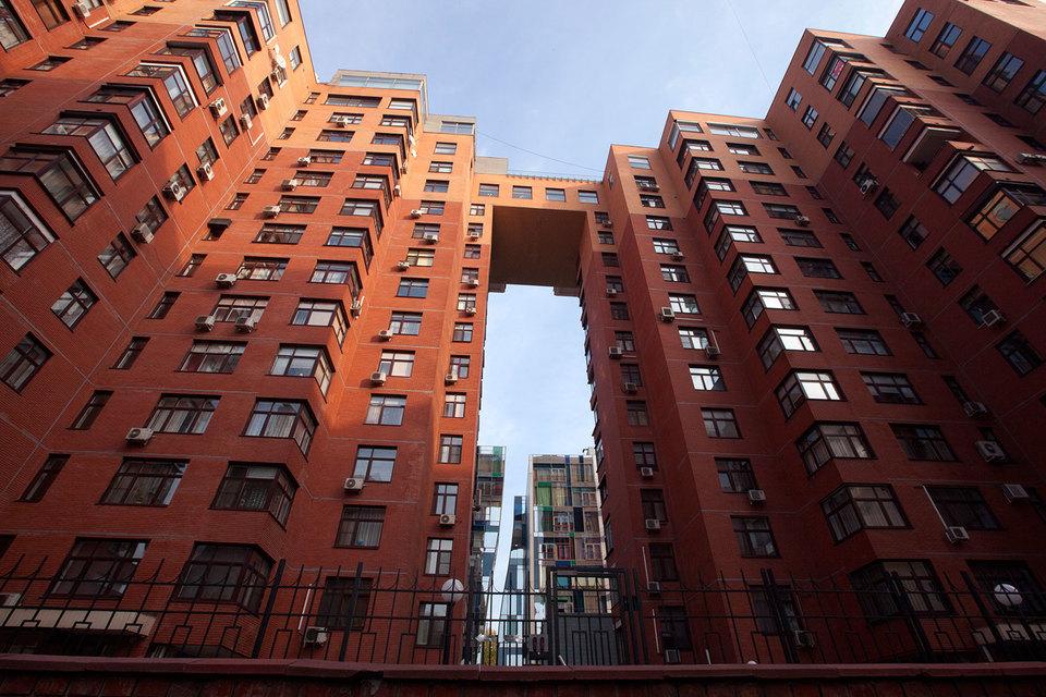 Адаптация рынка элитного жилья Москвы к новым макроэкономическим условиям выразилась в снижении цен. Застройщики вынуждены давать скидки и торговать за рубли